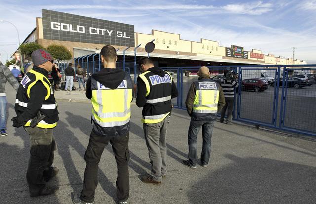 Agentes de la Policía Nacional durante uno de los registros hechos en la 'Operación Emperador'. | Foto: Efe