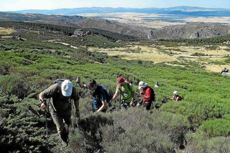 Un grupo de personas camina por una ladera. | Ricardo Muñoz