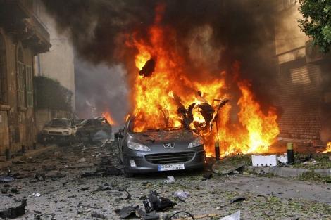 Un coche arde en el lugar del atentado, en el centro de Beirut.   Reuters