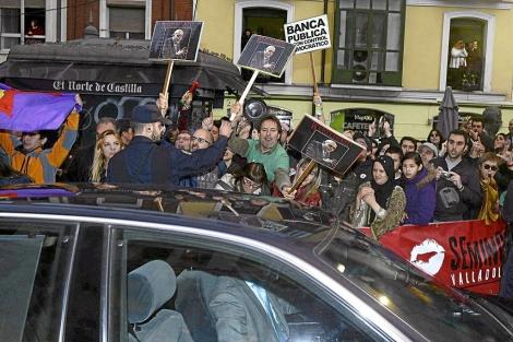Protesta a la llegada de Wert al Teatro Calderón de Valladolid, ayer. | Efe