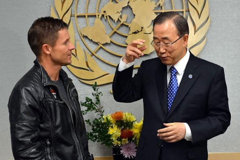 Baumgartner, recibido por el secretario general de la ONU Ban Ki-moon. | Afp