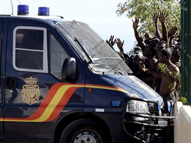 Un grupo de inmigrantes, retenidos por la Policía. | Efe / F. García