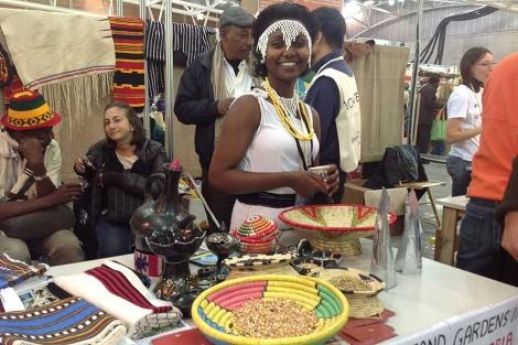 La etíope Lelise Tesajaye, en su puesto en la feria. | Carlos Fresneda