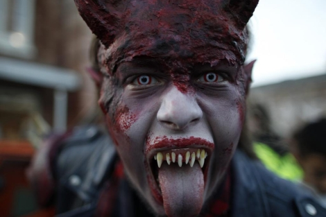 "Un actor disfrazado posa durante el ""Halloween Horror Party 2012"", en Alemania. 
