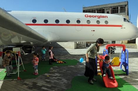 El parque infantil, debajo del avión Yak 42. | Afp