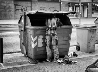 Un hombre rebusca en la basura. | Samuel Aranda MÁS IMÁGENES