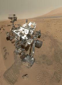 Autorretrato tomado con la cámara de uno de sus brazos robóticos.  NASA