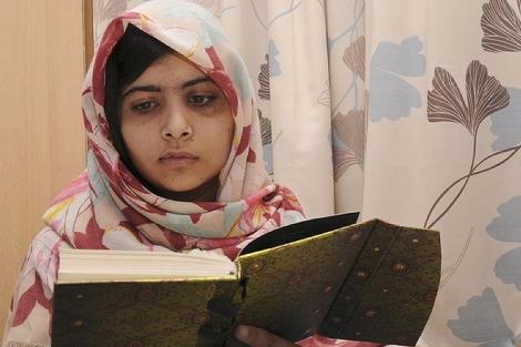 Malala, este viernes visiblemente recuerada. en el hospital.| Afp