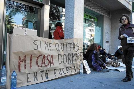 Protesta contra un desahucio en Alicante. | Foto:Roberto Pérez.