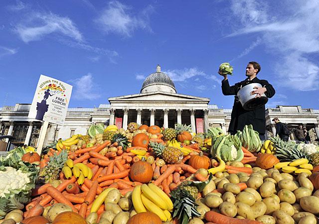 Tristram Stuart, en Trafalgar Square, junto a una montaña de frutas y verduras desechadas. | Feeding the 5.000