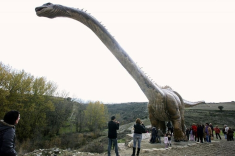 Ricardo González tardó cinco meses en construir la maqueta del apatosaurio. | Efe