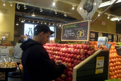 Eligiendo manzana 'orgnica' en un Whole Foods. | Miguel Rajmil