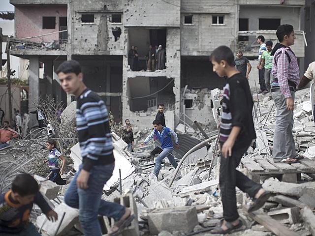 Varios jóvenes inspeccionan un edificio destruido por Israel en Gaza capital. | Efe