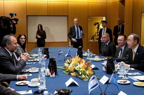 Ban Ki-moon, durante la reunió en Jerusalén con el ministro de Exterior isarelí Lieberman.| Afp