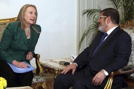 Hillary Clinton, junto a Mohamed Mursi en El Cairo. | Efe