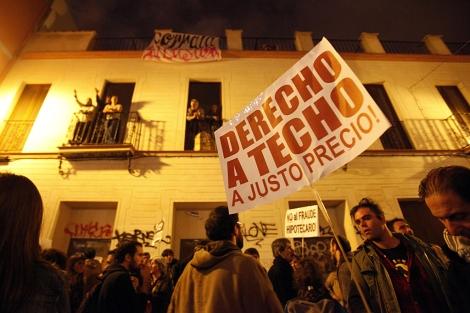 Manifestantes junto al bloque de pisos ocupado por 18 familias. | J. Morón