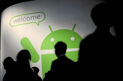 Un cartel con el robot de Android.| Afp