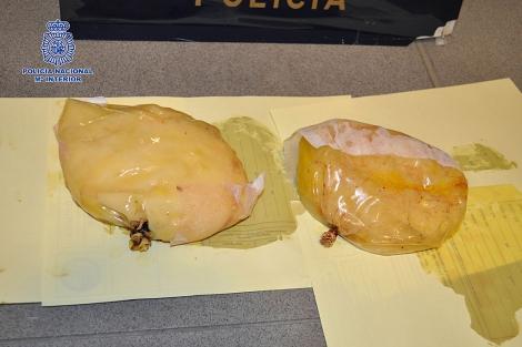 Imagen facilitada por la Policía con las prótesis mamarias de cocaína.