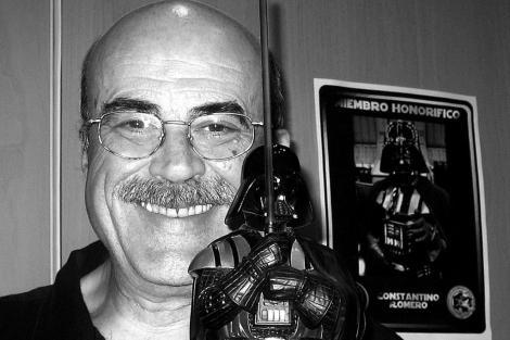 Constantino Romero posa sonriente con el busto de Darth Vader. | ELMUNDO