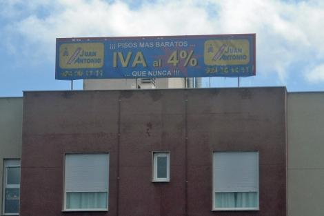 Cartel que anuncia la venta de viviendas con el gancho del IVA al 4%. | J. S. C.