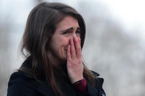 Una mujer llora frente al memorial en recuerdo de las víctimas de Newtown. | Afp