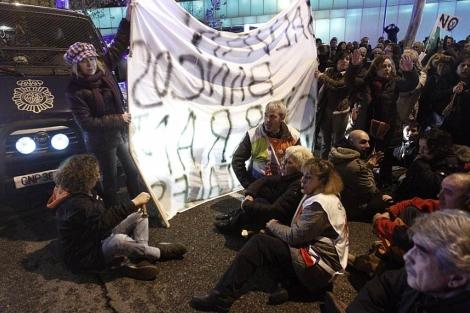 Imagen de la protesta frente a la Asamblea de Madrid. | Efe