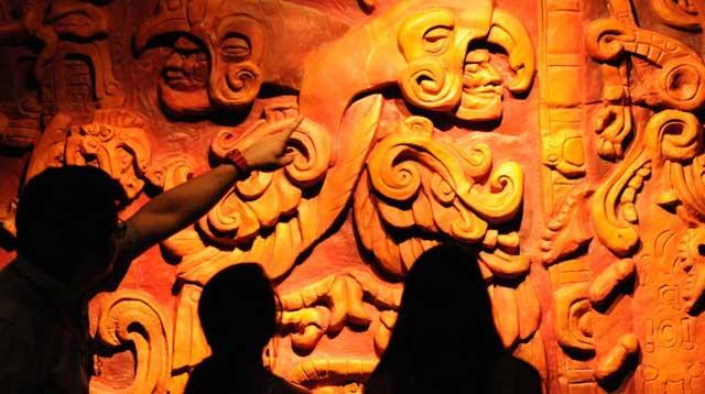 Visitantes delante de una obra maya en el Museo de la Identidad Nacional de Tegucigalpa (Honduras). | AFP