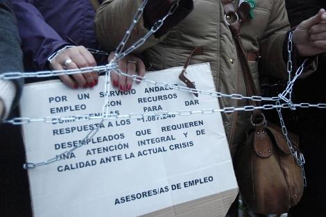 Despedidos del SAE encadenados ante el Parlamento.| E. Lobato