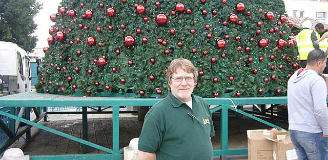 Comerford supervisó la decoración del árbol de Navidad en Belén. | Sal Emergui