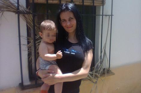 La madre Gema María C., en una fotografía familiar con su bebé, Miriam, de 16 meses.