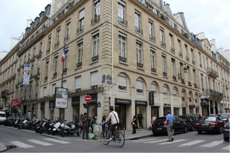 Imagen de unos pisos de lujo en la rue Montaigne, una de las más caras de la capital. | EM