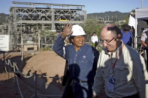 Evo Morales y Antonio Brufau, en una planta de procesamiento de gas de Repsol. | El Mundo