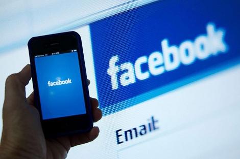 Un usuario se conecta a Facebook a través de un smartphone. | E. M.
