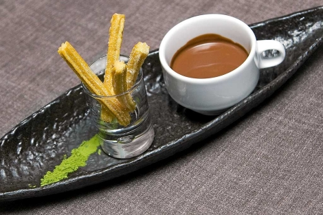 El chocolate con churros y té verde del restaurante 'Kabuki wellington'.