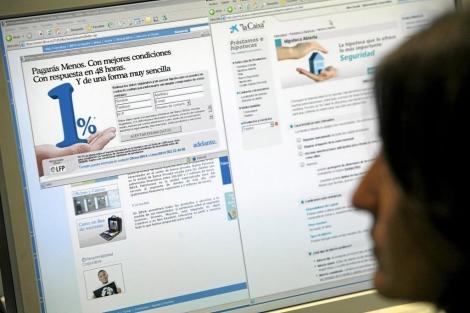 Una persona compara ofertas de hipotecas por internet. | Antonio M. Xoubanova