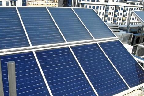 Placas solares en la azotea de un bloque de pisos del Ensanche de Vallecas (Madrid) . | EM