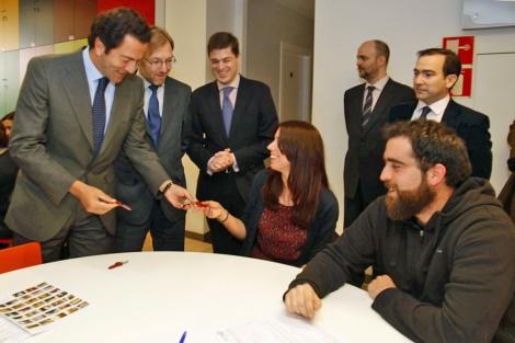 Pablo Cavero, consejero de Transportes, Infraestructuras y Vivienda, entregando la llave. | EM