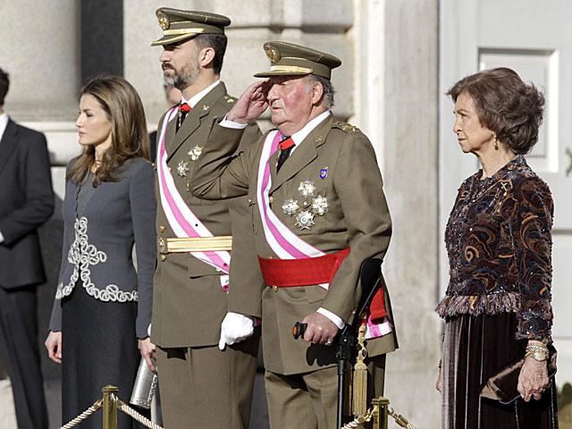 El Rey saluda apoyado en una muleta. | Javier Lizón / Efe