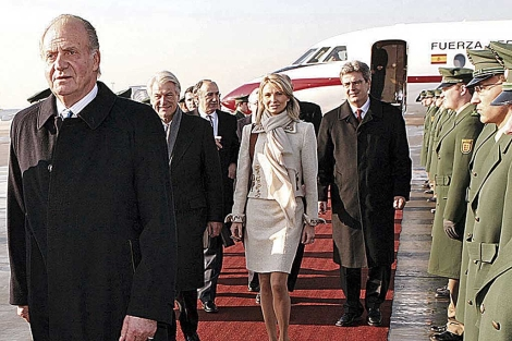 Don Juan Carlos, seguido de la princesa Corinna, en el aeropuerto de Stuttgart.