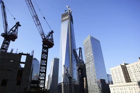 Imagen del WTC Uno duarnte la colocación de la antena. | Elmundo.es