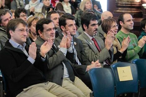 El concejal del PP Ramón Gómez (c), durante la entrega del premio.   Justy