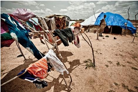 Una mujer maliense y su hijo, en el campo de refugiados de Mentao (Burkina Faso). | Pablo Tosco/Oxfam