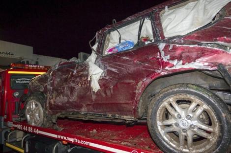 El vehículo del diestro, remolcado por la grúa tras el siniestro. | Efe