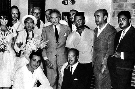 Jean Cocteau, junto a escritores y amigos que lo recibieron en el aeropuerto de Málaga en 1961. | ELMUNDO.es