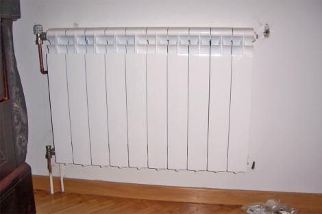 Radiador de calefacción en el salón de una vivienda. | EM