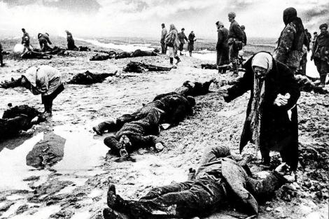 Un grupo de personas busca a sus familiares entre los muertos en la batalla de Stalingrado. | E. M.