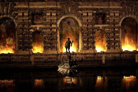El Alcázar iluminado y ambientado para la visita nocturna.