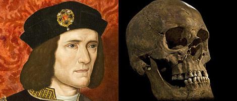 Imagen de Ricardo III al lado de la calavera descubierta.