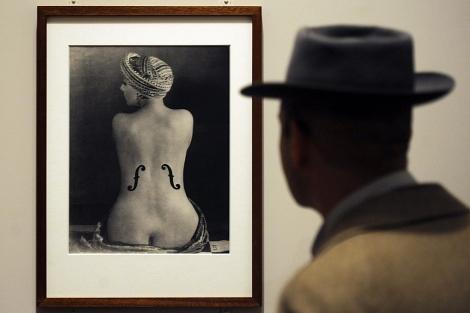 Un hombre observa 'Le Violon d'Ingres'. [VEA MÁS IMÁGENES]