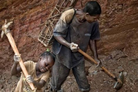 Niños trabajando en una mina de Ndola-Ndola, cerca de Itebero.